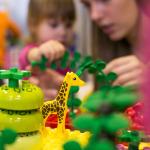 Mazās meitenes priecājās par dažādiem Lego zvēriem, bet mazie puiši nodevās Lego vilcieniņu spēlēm