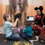 Vieni rotaļās ar Lego, citi ver makaronu krelles, zīmē un krāso un dzied latviešu bērnu dziesmas!