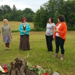 Pēc sievišķības meditācijas visas devāmies uz tuvējo pakalnu, lai piedzīvotu spēcīgo kopābūšanu Ziedu uguns rituālā