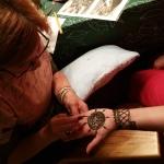 Pirmās dienas vakaru noslēdza pirtī iešana, draudzīgas sarunas un Hennas zīmējumi Daces Laukmanes izpildījumā