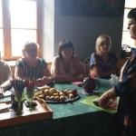 Viesu nama saimniece, māksliniece Laila Kelle stāsta par zālīšu, tējiņu vākšanu