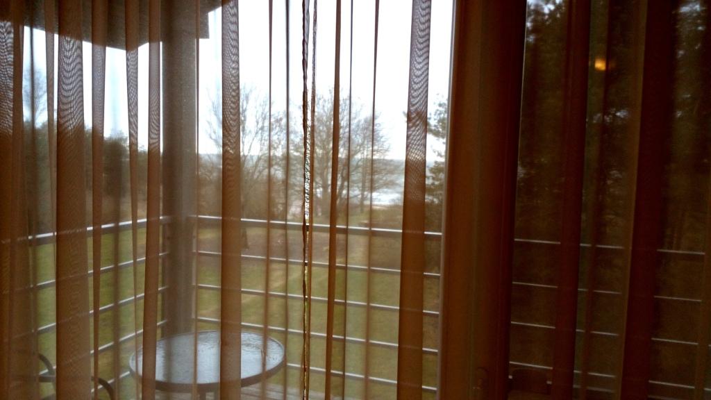 No istabiņas loga