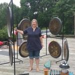 Sajūtu nometnes idejas autore un organizatore Evija priecājas pēc Gongu nodarbības
