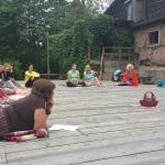Dāmas uzmanīgi klausās pasniedzējas Janas stāstījumā par Šamanismu, tuvināšanos Dabai un sarunām ar Kokiem