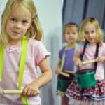 KindermusikClass_ListeningSkills-SteadyBeat-InhibitoryControl_Kids-Drums-RhythmSticks