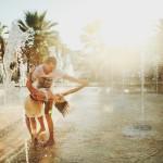 dvoe-vlyublennye-fontan-tanec